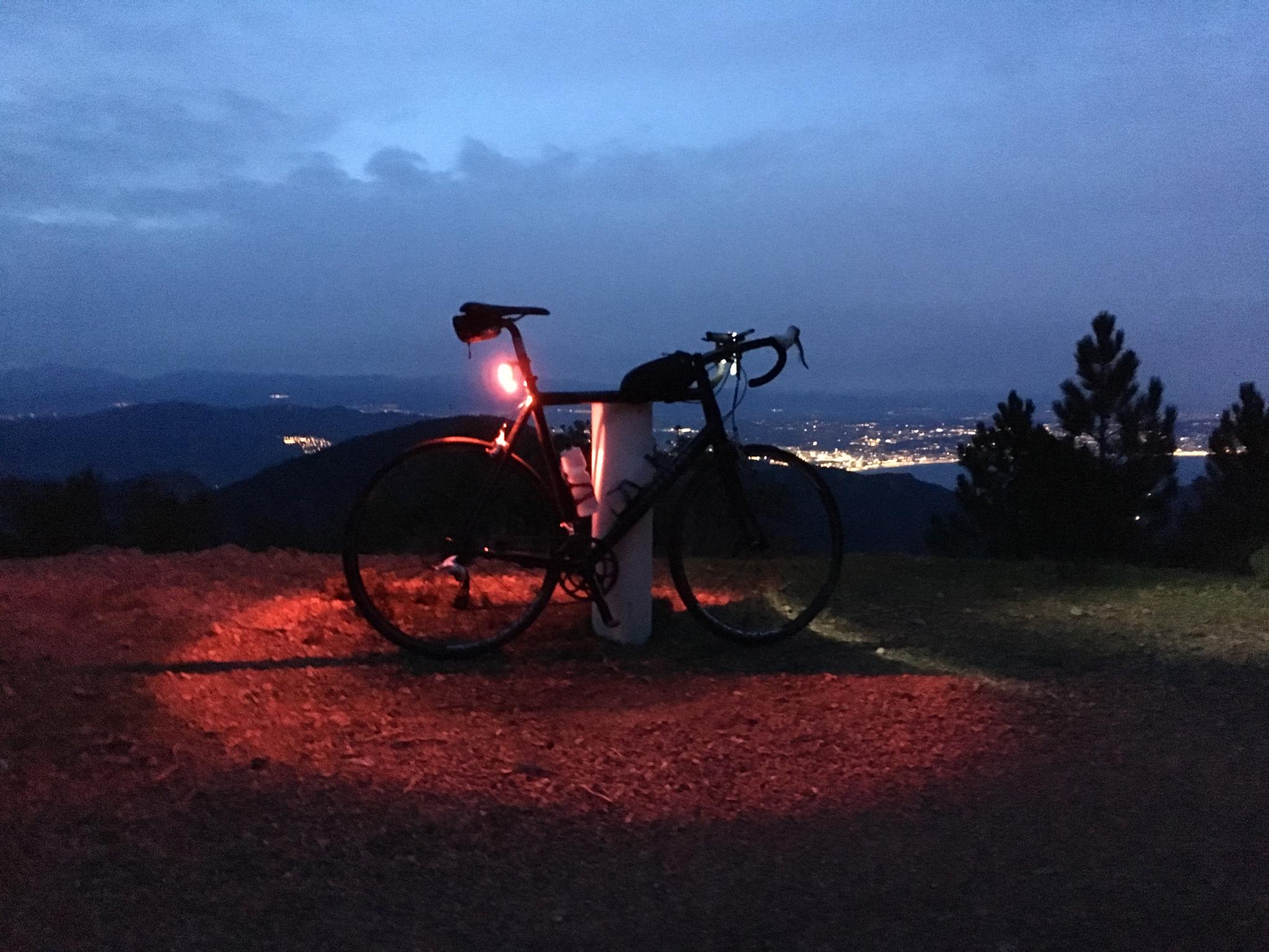 Eine Tour bei Cannes mit dem Rennrad in der Abenddämmerung