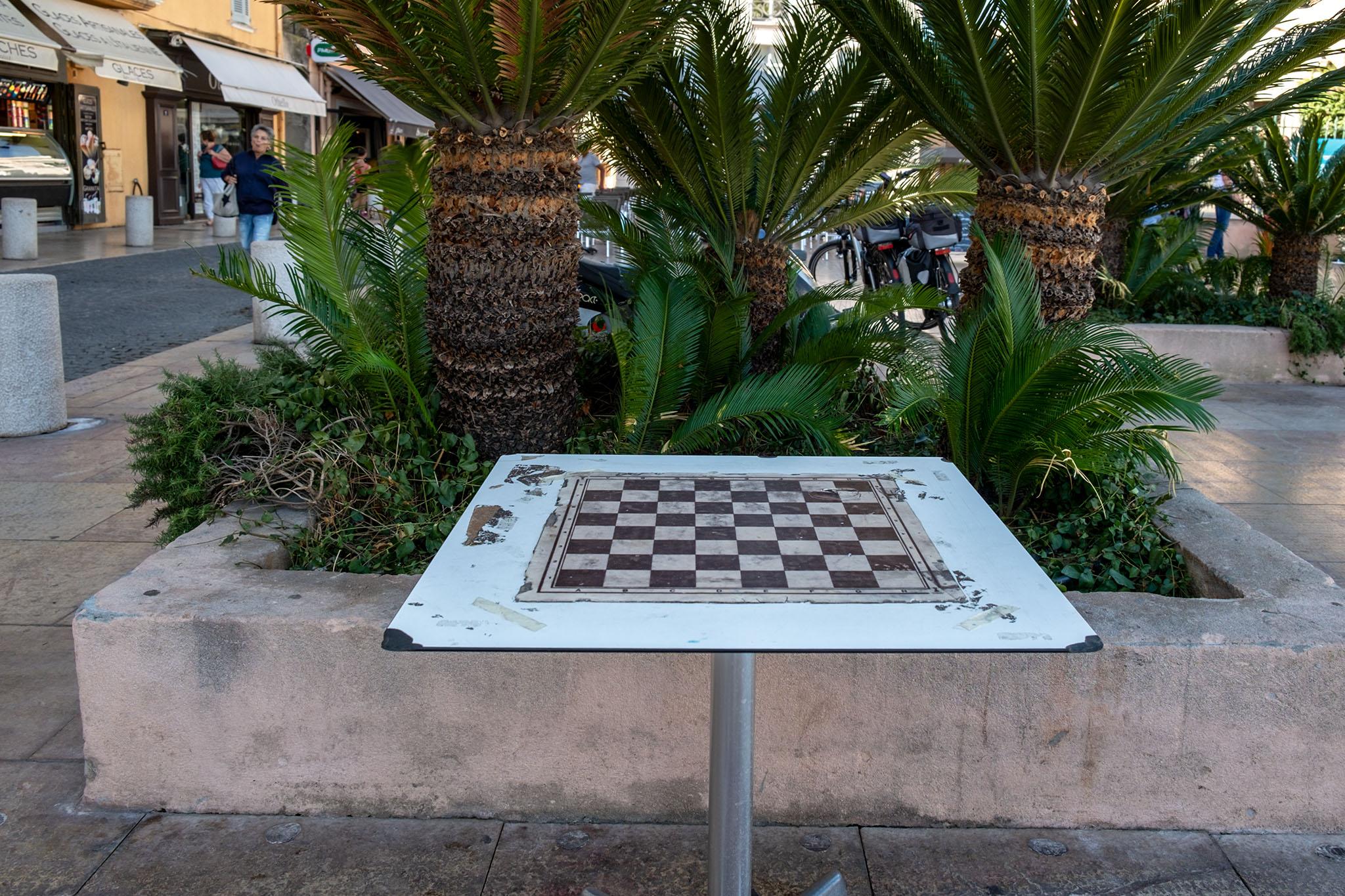 Ein Tisch mit aufgemaltem Schachbrett lädt zum Spielen ein